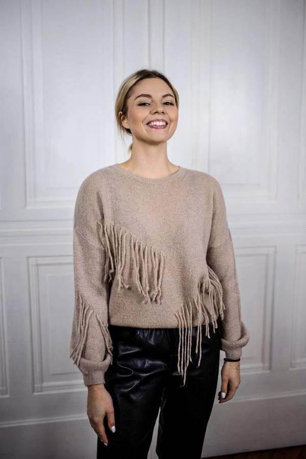 Klasyczny sweterek beżowy z modnymi frędzlami