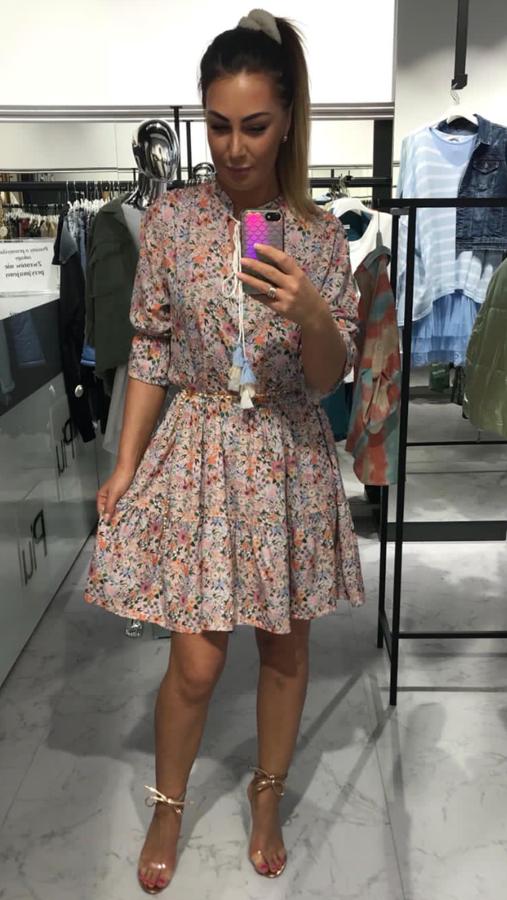 Kobieca sukienka w kwiatki wiązana przy dekolcie