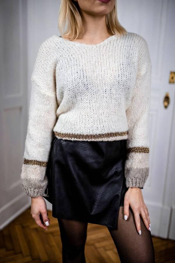 Rewelacyjny kremowy sweter ze złotym paskiem