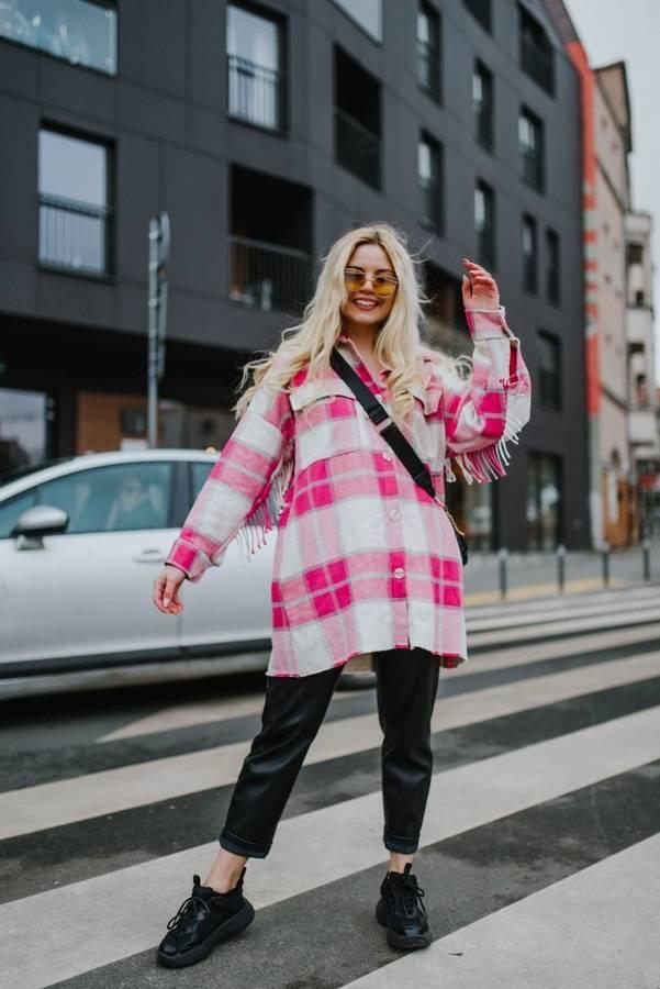 Soczyście różowa kurtka w kratę z frędzlami