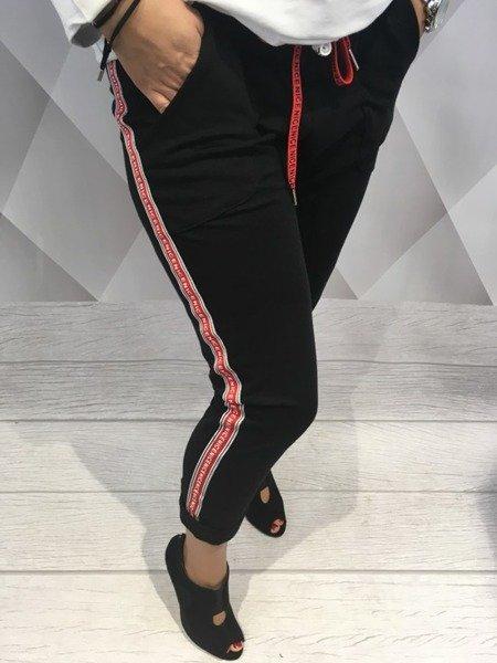 Spodnie dresowe z czerwonym lampasem