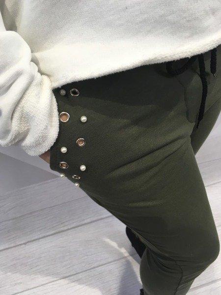 Spodnie dresowe z perłami.
