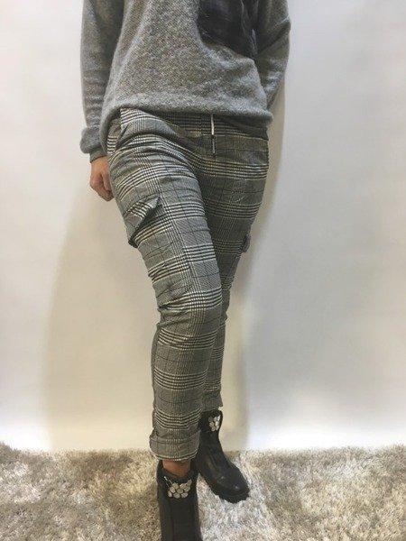 Spodnie w kratę z kieszeniami