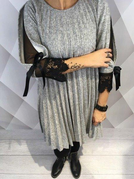Sukienka popielata w plisy z dodatkiem tiulu.
