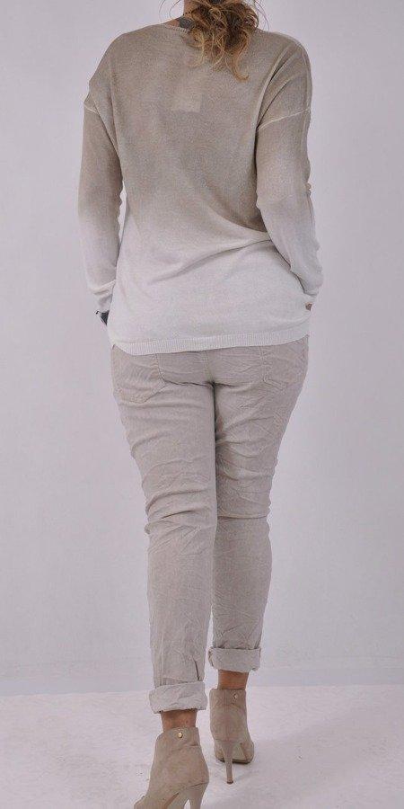 Sweter beżowy w napisy i cyrkonie